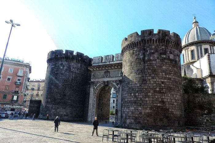【カプアーナ門】由緒あるナポリの正門 -Porta Capuana-