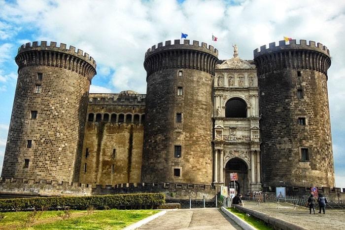 【カステルヌオーヴォ】アンジュー家によって建てられた歴史あるナポリの城 -Castel Nuovo-