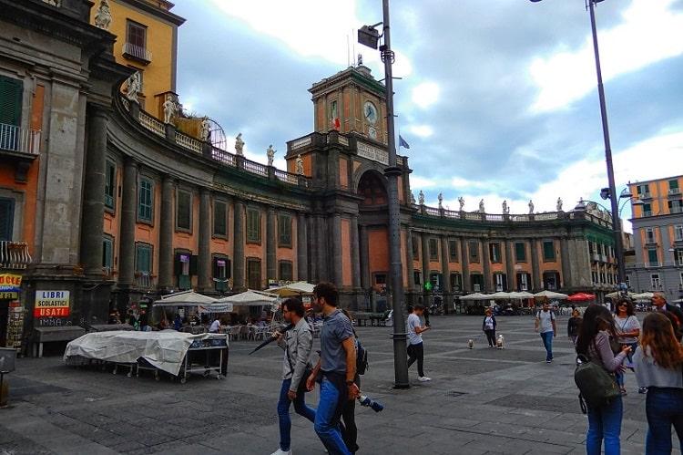 【ダンテ広場】歴史地区の中で最も大きな広場 -Piazza Dante-