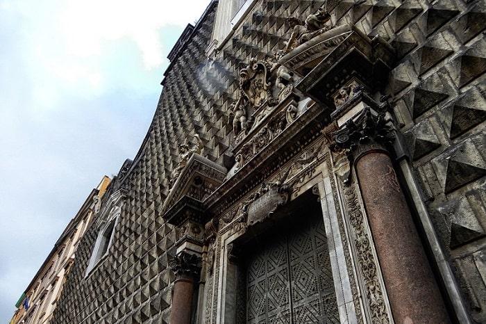 【ジェズーヌオーヴォ広場・教会】スパッカナポリを代表する広場とピラミッド型のファサードを持つ教会 -Piazza del Gesù Nuovo-