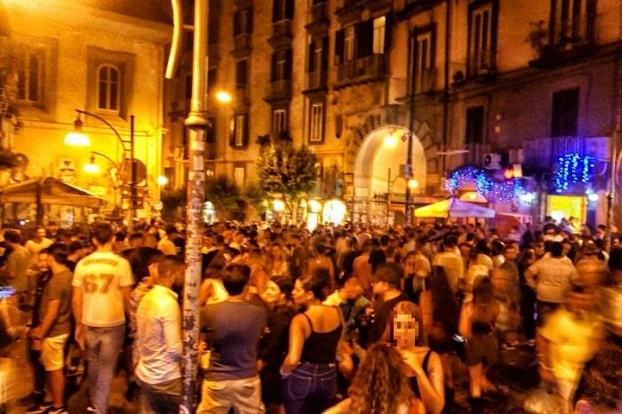 【ベッリーニ広場】ナポリで一番賑わう広場!週末の夜の大定番 -Piazza Bellini-