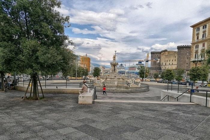 【ムニチーピオ広場】ナポリ市庁舎の目の前にあるまさにナポリの中心的な広場 -Piazza Municipio-