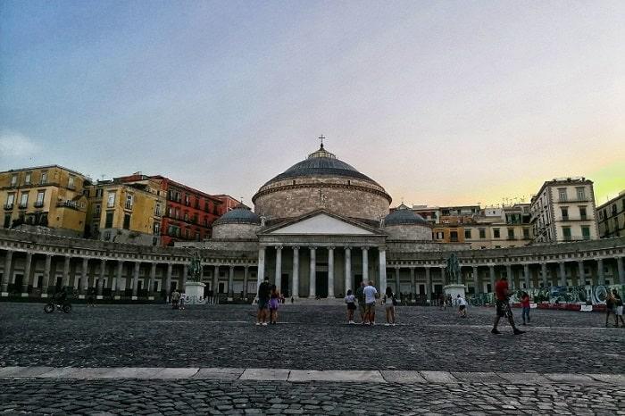 【プレビシート広場】王宮の前に広がるナポリを代表する広場 -Piazza del Plebiscito-
