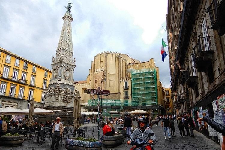 【サン ドメニコ マッジョーレ広場・教会】スパッカナポリに位置するナポリ市民の集いの広場 -Piazza San Domenico Maggiore-