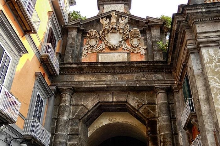 【アルバ門】歴史あるナポリの入口 古本屋通りと最古のピッツェリア -Port'Alba-