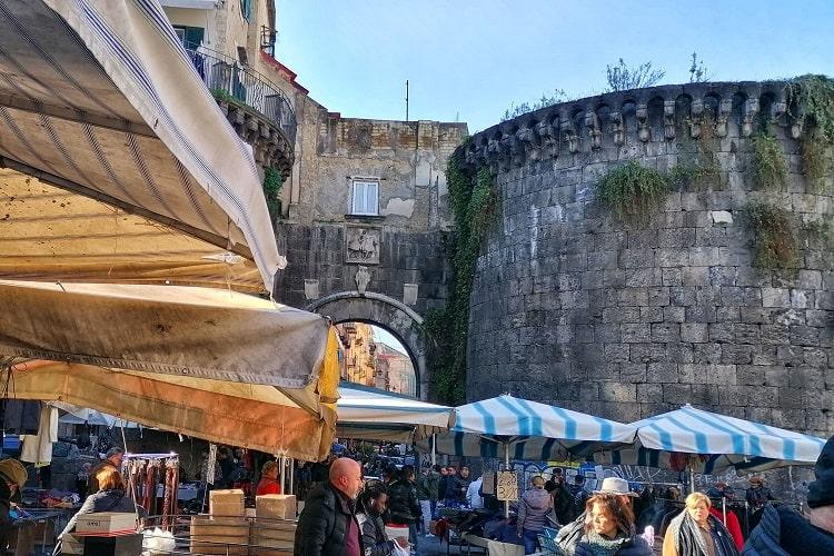 【ノラーナ門】市民の生活が根付くノラーナ門 -Porta Nolana-