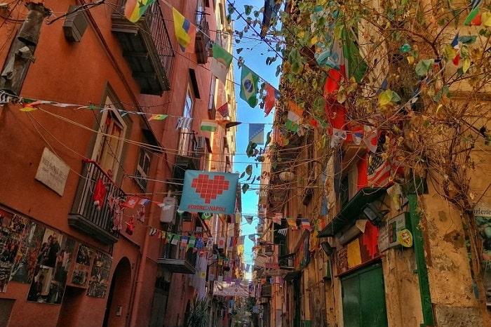 【スペイン地区】ナポリの地元色が色濃く残るどこよりも熱い地区 -Quartieri Spagnoli-