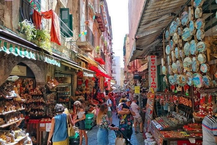 【サン・グレゴリオ・アルメーノ通り】ナポリのおみやげならココ!代々受け継がれるプレゼーペ職人通り -Via San Gregorio Armeno-