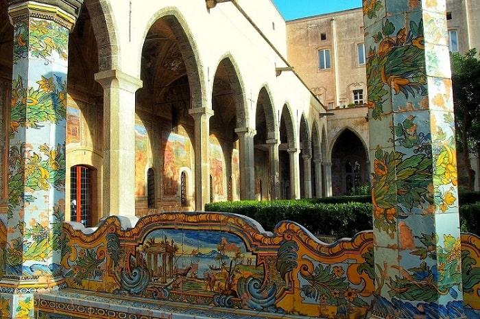 【サンタキアラ教会】マヨリカ様式のキオストロが美しいナポリの教会 -Chiesa di Santa Chiara-