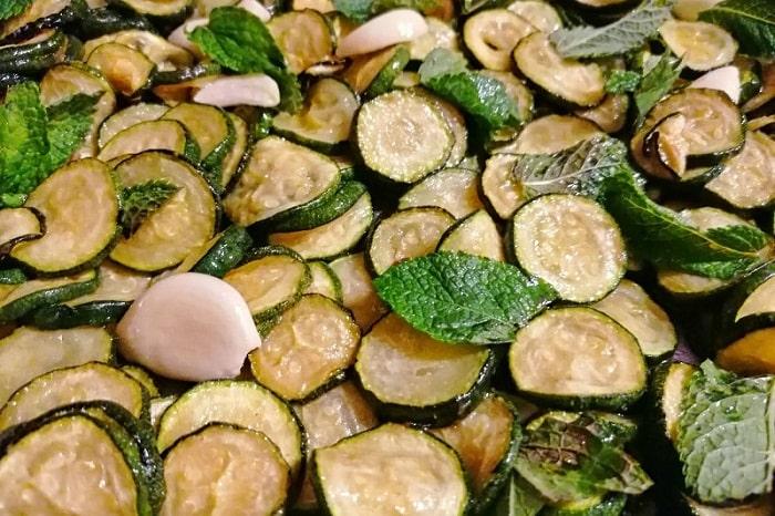 【ズッキーニのスカペーチェ】ビネガーとミントが爽やかなナポリの定番コントルノ -Zucchine alla Scapece-